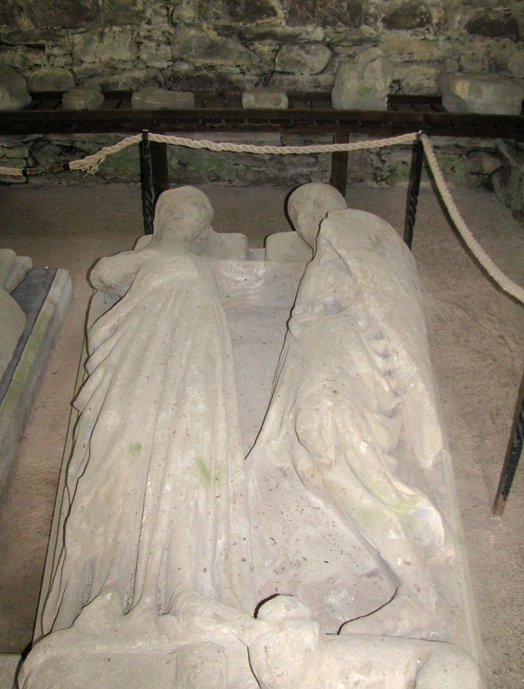 effigy of walter stewart earl of menteith and his countess mary. priory of inchmahome